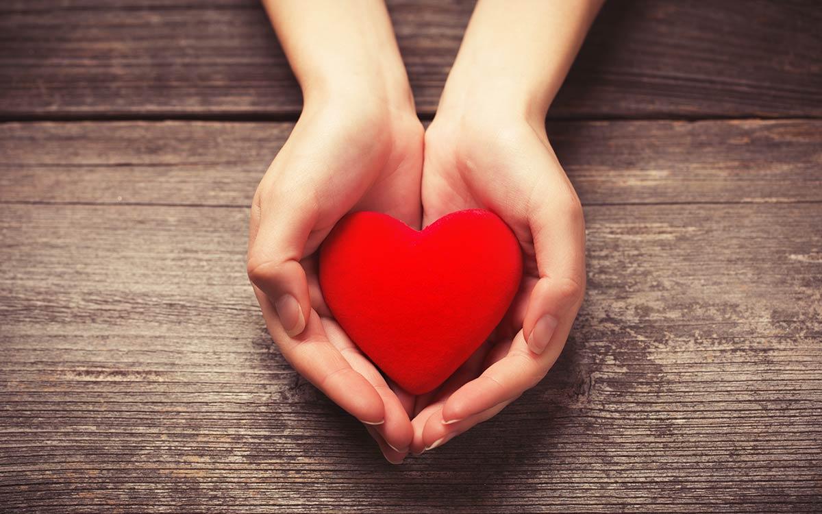 Γυναικεία χέρια κρατούν καρδιά, Thorax Heart Θωρακοσκοπική Χειρουργική